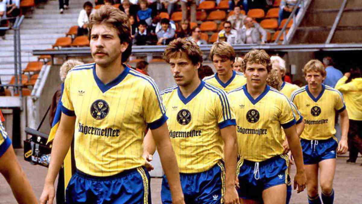 prima-maglia-calcio-sponsor